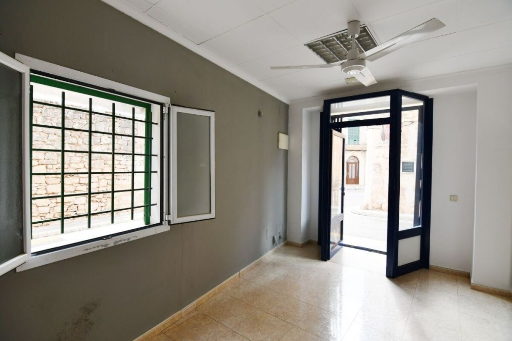 - Small Shop with 3 floors near the center of Santanyi