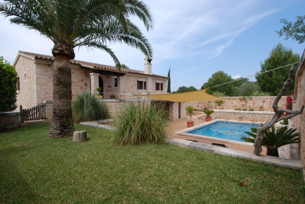 - Pleasant villa lined with natural stone with a beautiful garden and pool in Cala Santanyi