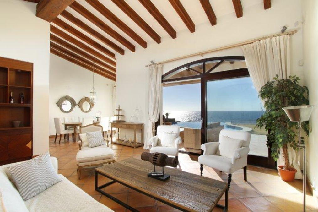 - Exclusive villa in Santa Ponsa in a privileged location access to the sea and a guest apartment