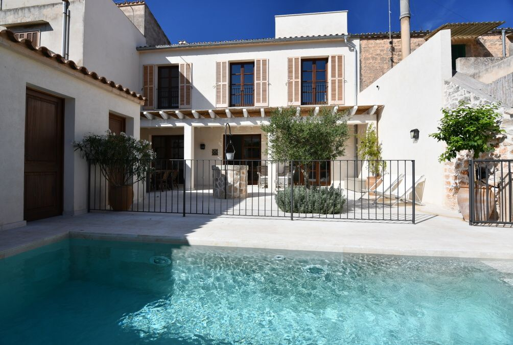 - New, modern and luxurious town house with pool in Santanyi